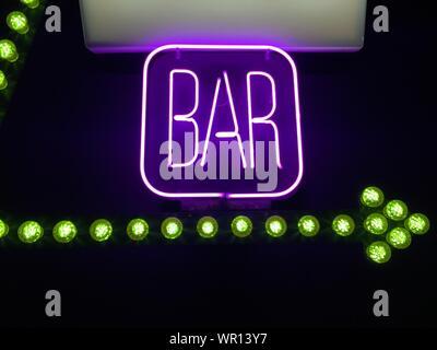 Beleuchtete Neon Bar Zeichen in der Nacht - Stockfoto