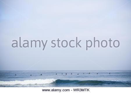 Eine Aufstellung der Surfer wartet auf Wellen in der Nähe von San Diego, Kalifornien - Stockfoto