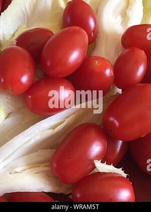 In der Nähe von Tomaten und Kohl auf Tisch - Stockfoto
