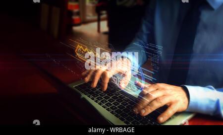 Man tippt auf Laptop mit Cyber Sicherheit mit Schlüsselsymbol Hologramm-Bildschirm über die Tastatur. Konzept der Computer Sicherheit, Verschlüsselung und Kennwortschutz - Stockfoto