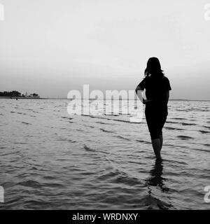 Malerischer Blick auf Frau im Meer gegen Sky - Stockfoto