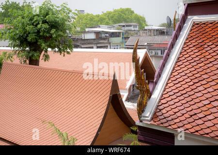 Oberen Teil der traditionellen, thailändischen Stil Gebäude. Tempel Dach im thailändischen Stil ist ein Stil, der einzigartig ist nach Buddhistischen Prinzipien die einen se - Stockfoto