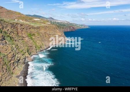 Hohe Wellen am Playa de Nogales Strand in La Palma, Spanien. Hohen winkel Blick von einem Aussichtspunkt auf dem Felsen mit einigen Touristen. - Stockfoto