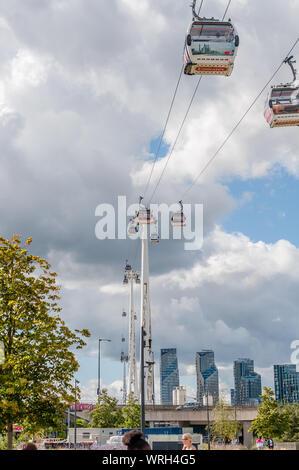 London, England, Großbritannien - 01 September, 2019: Die Londoner Emirates Air Line (Seilbahn) anschließen Excel Exhibition Centre und der O2 Arena. - Stockfoto