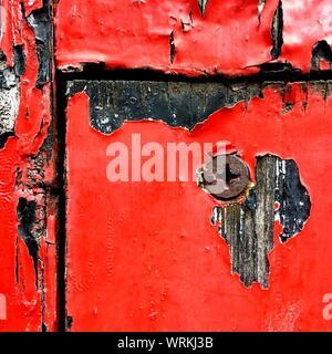 Full Frame Geschossen von Verwitterten roter Farbe auf Holz - Stockfoto