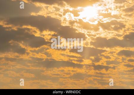 Eine späte Herbst Nachmittag im Süden Brasiliens, mit der Anwesenheit von Wolken und die Farben und Kontraste der Schatten mit dem intensiven Orange des - Stockfoto