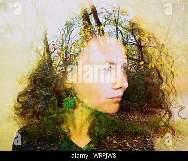 Doppelt belichtete Bild der jungen Frau und Bäume im Park - Stockfoto
