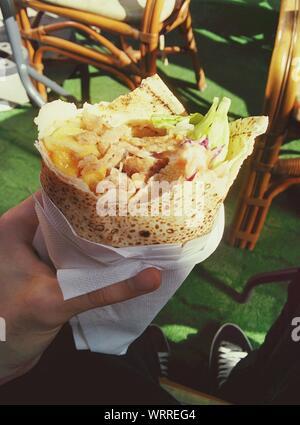 Zugeschnittenes Bild des Menschen in Kebab im Restaurant - Stockfoto