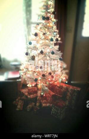 In der Nähe von kleinen geschmückten Weihnachtsbaum zu Hause - Stockfoto