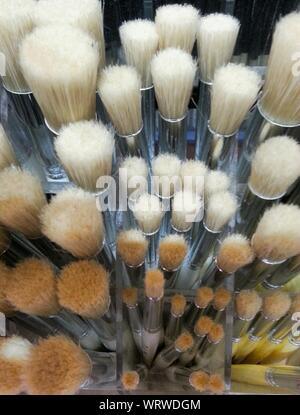 Hohe Betrachtungswinkel der Make-up-Pinsel In Store Stockfoto