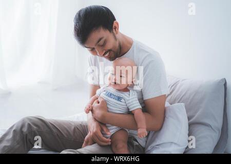Asiatische Vater mit seinem Sohn zusammen zu spielen - Stockfoto