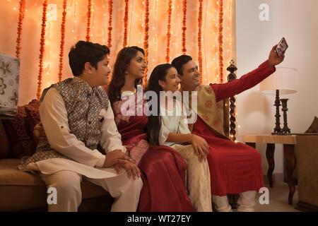 Familie klicken selfie zusammen auf diwali - Stockfoto