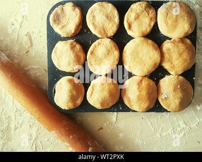 Hohe Betrachtungswinkel von Rolling Pin und Mince Pie Vorbereitung auf Tisch - Stockfoto