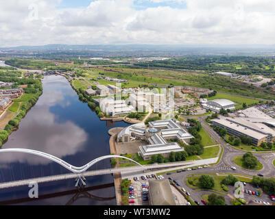 Areal Foto der Durham University, Queen's Campus in Thornaby, Stockton-on-xd an einem schönen sonnigen Tag in der Nähe der Unendlichkeit Brücke genommen