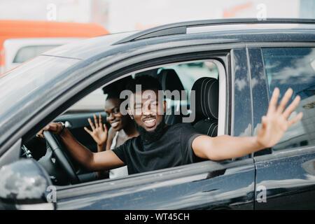 Junger Mann jemand Gruß während der Fahrt auf der Straße - Stockfoto