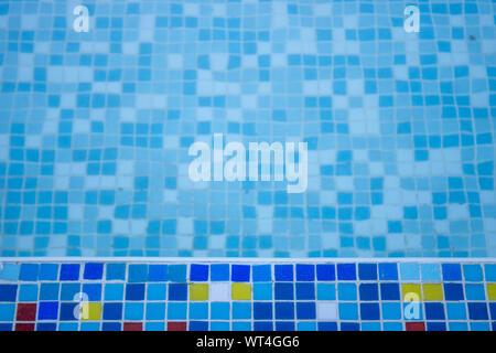 Nahaufnahme von einem blauen Pool mit blauen Mosaikfliesen auf den Pool. - Stockfoto
