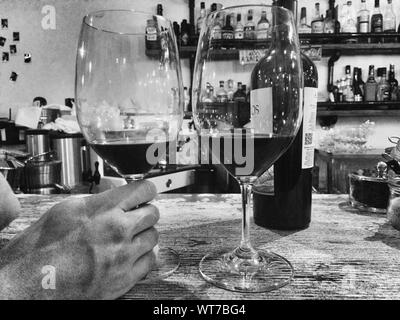 Abgeschnitten Bild des Mannes mit Wein In der Bar - Stockfoto
