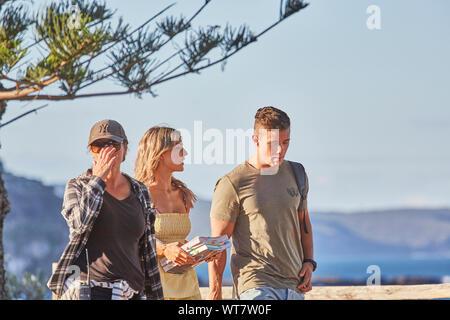Akteure Orphus Pledger, Sam Frost und ein Besatzungsmitglied Vorbereiten der Film eine Szene von Heim- und TV-Serie im Palm Beach, NSW, Australien - Stockfoto