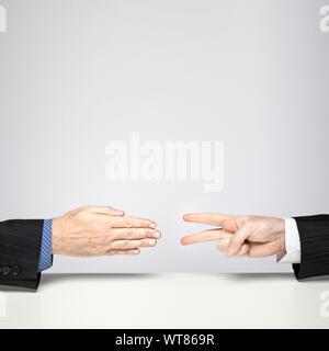 Zwei Geschäftsleute spielen Schere, Stein, Papier - Schere schlägt Papier - Stockfoto