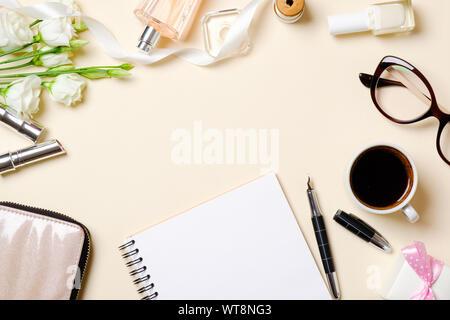 Flach feminine Accessoires, Parfum Flasche, weiße Rosen Blumen, Kaffee Tasse, Gläser. Ansicht von oben Schönheit blogger Schreibtisch Rahmen aus weiblichen Material, clot - Stockfoto