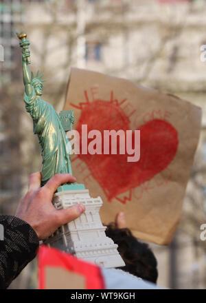 Nahaufnahme einer Hand, die Freiheitsstatue - Stockfoto