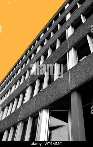 Sol Haus, Northampton. Ein Beispiel für die späten Brutalismus. Schwarz und Weiß mit eingefärbten Himmel Hintergrund - Stockfoto