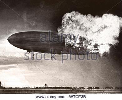 Hindenburg Explosion. Die deutsche Luftschiff explodiert Landeanflug auf den Lakehurst Naval Air Station. 36 der 97 Menschen an Bord waren - Stockfoto