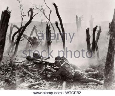 Western Front. WWI-Periode. Foto entlang der Männer in der 23 Infanterie der zweiten Division das Abfeuern eines 37-mm-Kanone an deutschen Position in Frankreich. - Stockfoto