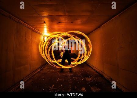 Blick auf Feuer Wirbeln im Tunnel - Stockfoto