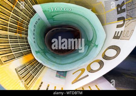 Innerhalb der Geld Tunnel. Abstrakte Sicht der Euro wieder Noten in einem Rohr gerollt. Sparen und Geld anlegen - Stockfoto