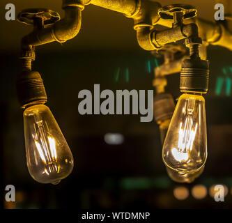 Detail der Glühbirne in der Dunkelheit - Stockfoto