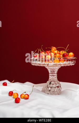Schöne Kirschen auf weißen und roten Hintergrund mit Kopie Raum - Stockfoto
