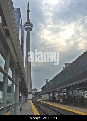 Bahnhof von CN Tower gegen bewölkter Himmel Stockfoto