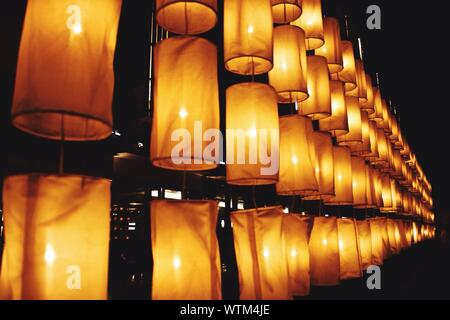 Low Angle Blick auf den beleuchteten Laternen angeordnet gegen Himmel bei Nacht - Stockfoto