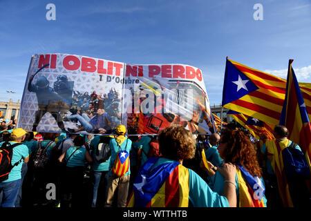Barcelona, Spanien. 11 Sep, 2019. Die Demonstranten halten ein Banner sagen weder vergessen noch Verzeihen, verurteilte die Polizei Aggression am 1. Oktober 2017 während der Demonstration erlitten. Nach Angaben der Polizei rund 600.000 Menschen auf den Straßen von Barcelona während einer Demonstration Kataloniens nationalen Tag zu kennzeichnen. Credit: SOPA Images Limited/Alamy leben Nachrichten - Stockfoto