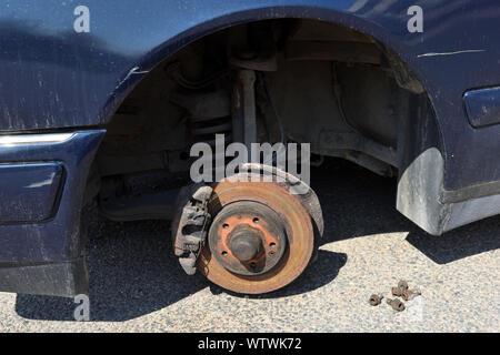 Alte, rostige Bremsscheiben vorne mit den Bremssattel und die Bremsbeläge im Auto - Stockfoto