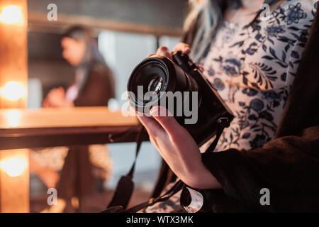Moskau, Russland - 14. MÄRZ 2019: Fujifilm GFX 50 s Kamera, Fujifilm spiegellosen. Nahaufnahme einer Hand, die eine Kamera. Spiegellosen Kamera schließen in der Hand o