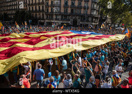 Barcelona, Spanien. 11 Sep, 2019. Die Demonstranten halten eine grosse Unabhängigkeit Flagge durch die Demonstration am Nationalen Katalonien, das von der katalanischen Nationalversammlung organisiert wurde. Credit: SOPA Images Limited/Alamy leben Nachrichten - Stockfoto