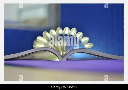 Nahaufnahme der Oberfläche des Buches mit gefalteten Seiten - Stockfoto