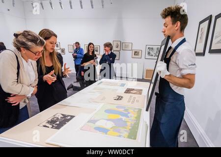 London, Großbritannien. 12 Sep, 2019. Die komplette, multi-Artist Album Les Peintres-Graveurs, Schätzung von 500.000 £ £ 1.000.000, im Besitz von Händler und Verleger Ambroise Vollard. Er war verantwortlich für die Validierung der Lithographie als Kunstform, als auch die Ausbreitung der größten Impressionistischen und Post-Impressionist Artists. In Paris 1896 ausgestellt, seine erste multi-artist Portfolio Les Peintres-Graveurs umfasst 22 Ausdrucke durch die Gleichen von Pierre Bonnard, Odilon Redon, Théo Van Rysselberghe, Auguste Renoir, und Edouard Vuillard. Credit: Guy Bell/Alamy leben Nachrichten - Stockfoto
