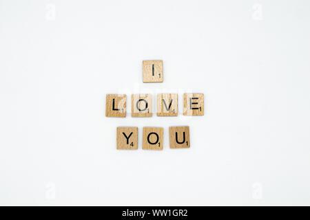 Ich liebe Dich auf weißem Hintergrund Dinkel in Scrabble Buchstaben - Stockfoto