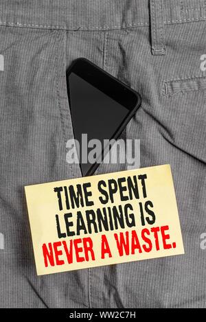 Wort schreiben Text Zeit Lernen ist nie eine Verschwendung. Business foto Präsentation Bildung hat kein Ende lernen immer Smartphone Gerät, das sich innerhalb formaler w - Stockfoto