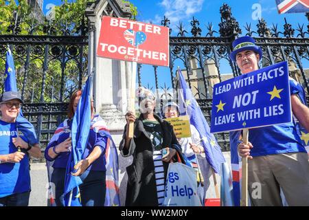 Westminster, London, Großbritannien. 12 Sep, 2019. Steven Bray (rechts) mit den Demonstranten. Anti-Brexit Demonstranten von sodem (heute Stand der Missachtung der Europäischen Bewegung) Rallye mit Plakaten und Fahnen außerhalb der Gates in das Parlament. Credit: Imageplotter/Alamy leben Nachrichten - Stockfoto