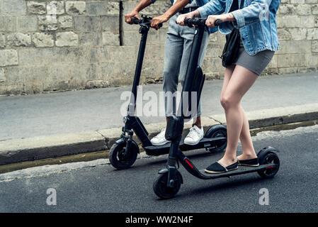 Paar reiten push Roller - Stockfoto