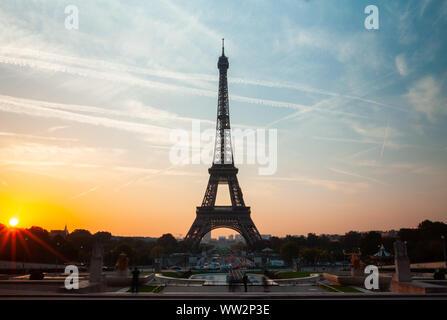 Blick auf den Eiffelturm bei Sonnenuntergang - Stockfoto