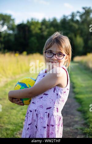 Porträt eines Mädchens mit einem Fußball - Stockfoto