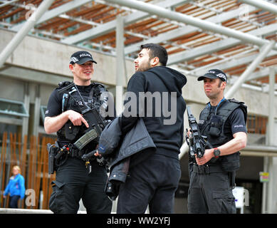 JON SAVAGE FOTOGRAFIE AM 24. MAI 2017 bewaffneten Polizisten patrouillieren die schottischen Parlament in Edinburgh als Sicherheit ist in der Stadt erhöht. - Stockfoto