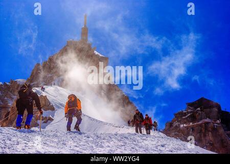 Bergsteiger klettern die Aiguille du Midi (Mont Blanc) - Stockfoto