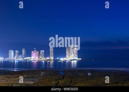 IQUIQUE, CHILE - Januar 22, 2015: Die Halbinsel am Ende der Cavancha Strand mit Hotels und moderne Apartment Gebäude am Abend fotografiert. - Stockfoto