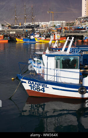 IQUIQUE, CHILE - Januar 22, 2015: Angeln Boote ankern im Hafen am 22. Januar 2015 in Iquique, Chile - Stockfoto
